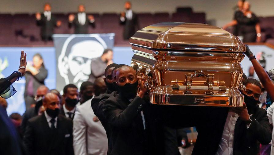 Гроб с телом Джорджем Флойдом после церемония прощания в церкви Хьюстона, штат Техас, 9 июня 2020 года