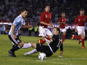 Агуэро поражает ворота сборной Албании