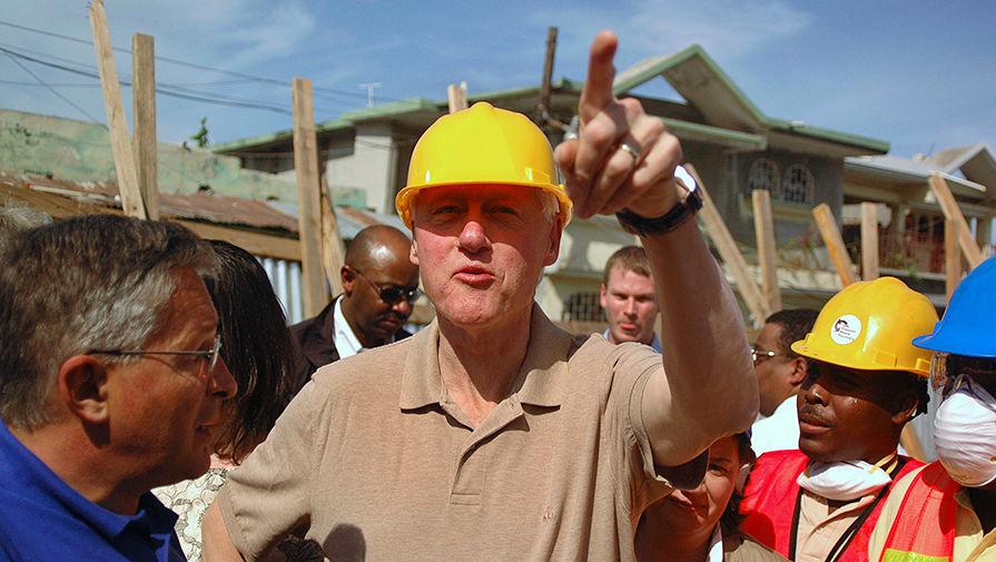 Бывший президент США Билл Клинтон во время посещения проекта Программы развития ООН в столице Гаити...