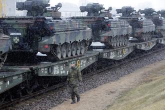 Военнослужащий армии ФРГ и военная техника на железнодорожной станции на юге Литвы, февраль 2017 года