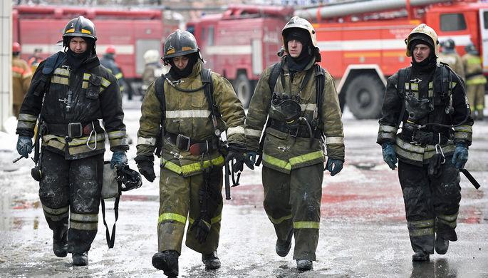 Сотрудники МЧС у торгово-развлекательного центра «Зимняя вишня» на проспекте Ленина