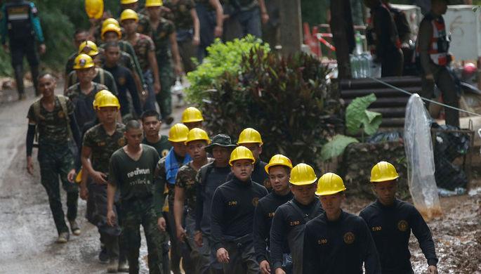 Таиланд: как дайверы достают детей из пещеры