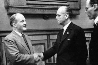 Вячеслав Молотов и Иоахим фон Риббентроп после подписания советско-германского договора о дружбе и границе между СССР и Германией, 28 сентября 1939 года