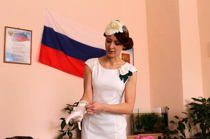 Екатерина примеряет свадебные перчатки