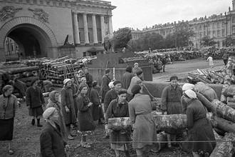 Гражданское население блокадного Ленинграда сооружает укрепления на улицах города