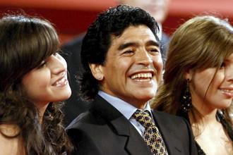 Диего Марадона с дочерьми Джанниной (слева) и Далмой