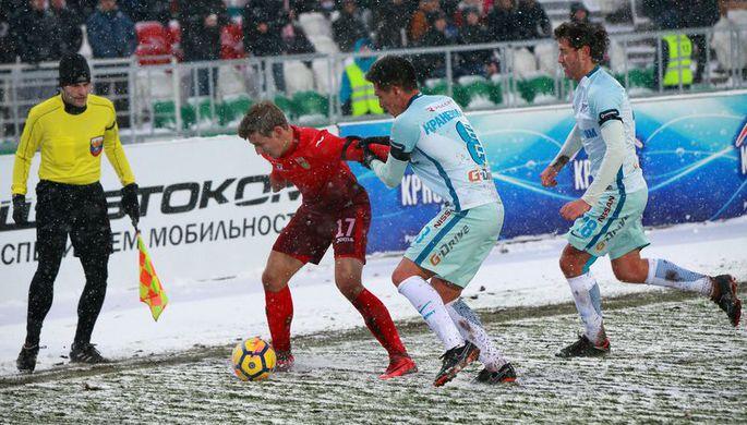 Футболист «Уфы» Дмитрий Живоглядов, а также игроки «Зенита» Матиас Краневиттер и Юрий Жирков (слева направо)
