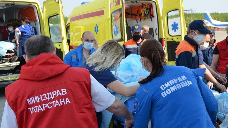 Медики и сотрудники МЧС во время транспортировки пострадавших при стрельбе в школе № 175 на борт самолета Ил-76 для дальнейшей эвакуации в Москву на лечение, 12 мая 2021 года