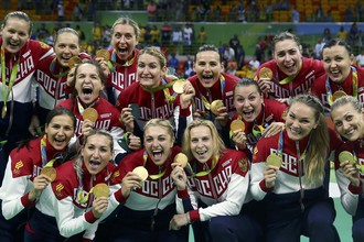 Женская сборная России по гандболу в полном составе с золотыми медалями Игр в Рио