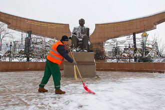 Статуя президента Казахстана Нурсултана Назарбаева в парке имени первого президента Республики Казахстан (Нурсултана Назарбаева) накануне Дня первого президента. Алма-Ата, 30 ноября 2012 года