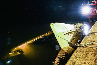 Затонувший катамаран после столкновения с баржей на Волге рядом с Волгоградом, 12 июня 2018 года