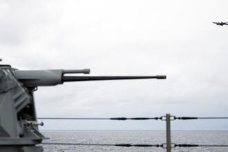 Дальний противолодочный самолет Ту-142 пролетает над флагманским кораблем 6-го флота ВМС США «Маунт Уитни» в Норвегии