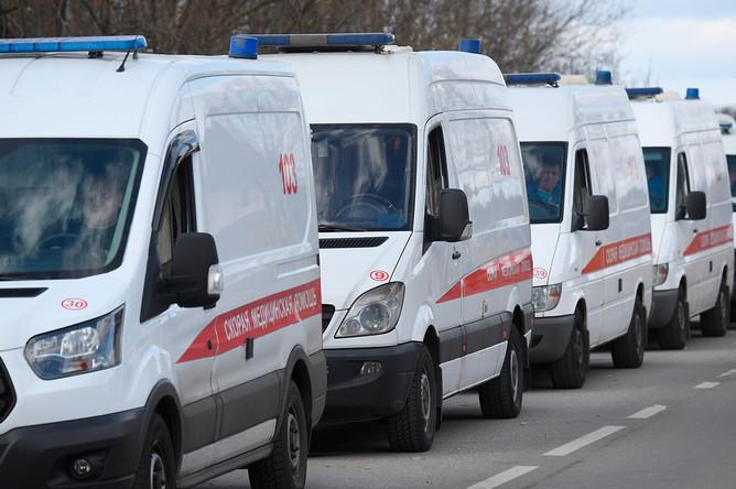 Автомобили скорой помощи у здания Федерального клинического центра высоких медицинских технологий ФМБА в Химках