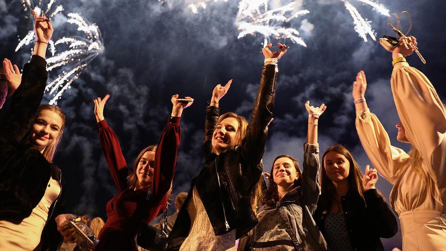 Выпускники московских школ на праздновании выпускного в парке Горького в Москве, 24 июля 2020 года