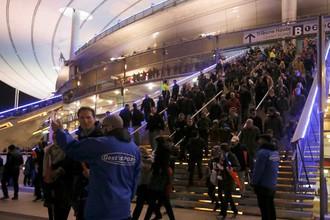 Люди покидают «Стад де Франс» после терактов