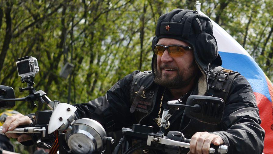 Президент мотоклуба «Ночные волки» Александр Залдостанов («Хирург») во время мотопробега в честь открытия мотосезона в Москве