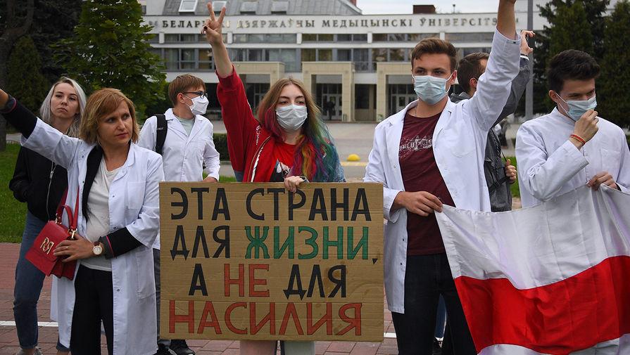 Студенты Белорусского государственного медицинского университета (БГМУ) во время акции протеста в Минске, 1 сентября 2020 года