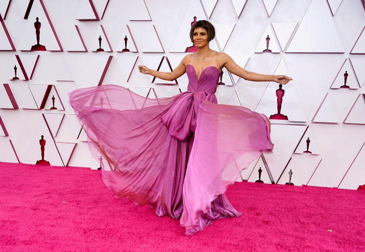 Холли Бэрри так же, как Реджина Кинг, стала ведущей церемонии «Оскар» и появилась в платье лавандового цвета от Dolce&Gabbana. За несколько часов до церемонии награждения Холли выложила в Instagram фото, где видно ее отрезанные пряди. Заинтриговав подписчиков, она вышла на ковровую дорожку со стрижкой боб-каре.