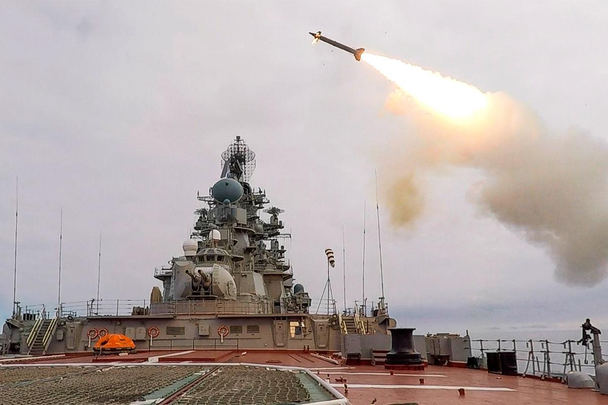 Запуск ракеты «Кинжал» натяжёлом атомном ракетном крейсере «Пётр Великий», 2021 год