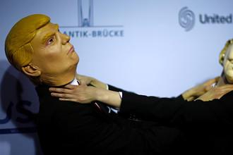 Актеры в образе Дональда Трампа и Хиллари Клинтон на мероприятии в Берлине, ноябрь 2016 года