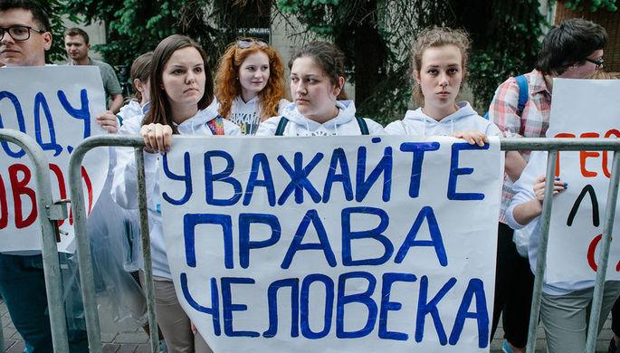 Участники акции в поддержку задержанного руководителя портала РИА «Новости» Украина Кирилла...