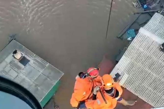МЧС спасает людей с крыш домов с помощью вертолета