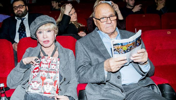 Режиссер Владимир Меньшов и его супруга, актриса Вера Алентова перед кинопремьерой в Москве, 2016 год