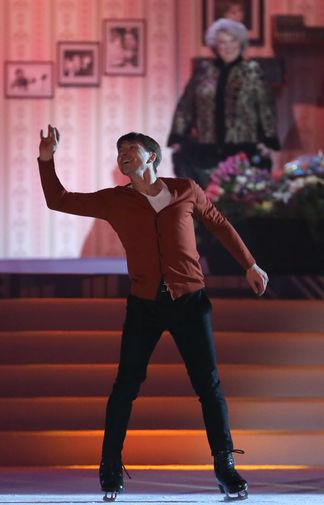 Фигурист Алексей Ягудин во время выступления в ледовом гала-шоу в честь юбилея тренера по фигурному катанию Татьяны Тарасовой «Юбилей в кругу друзей. 7:0», 2017 год