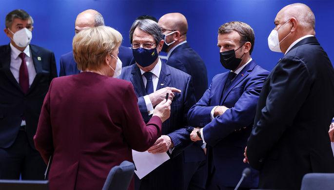 Канцлер ФРГ Ангела Меркель, президент Республики Кипр Никос Анастасиадис и президент Франции Эмманюэль Макрон во время заключительного дня саммита ЕС в Брюсселе, 16 октября 2020 года