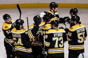 Игроки «Бостона» поздравляют Тима Томаса с победой
