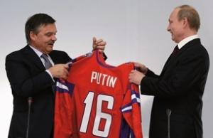 Рене Фазель вручает майку Владимиру Путину