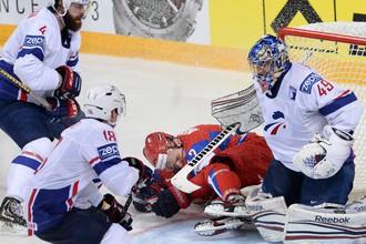 Игрок сборной России Артем Анисимов (в центре)