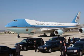 На самом деле бортом номер один (Air Force One) называется любой самолет ВВС США, в котором находится президент США. Впрочем существует и другой позывной — Marine One, который присваивается борту корпуса морской пехоты, на котором находится президент