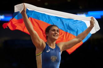 Наталья Воробьева с российским флагом после победы в финальной схватке чемпионата мира