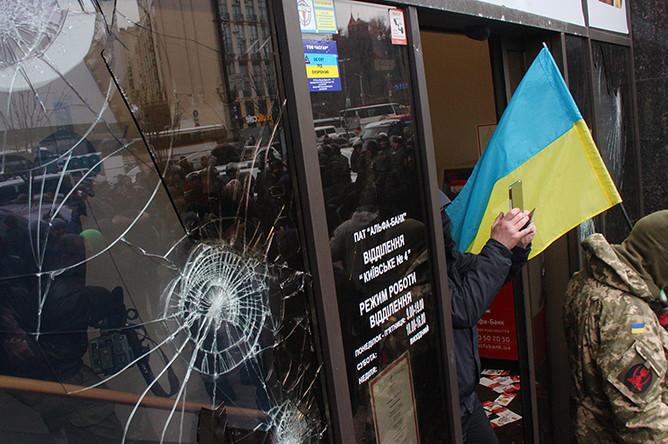 Разбитая витрина Альфа-банка в центре Киева