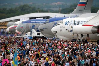 Посетители на Международном авиационно-космическом салоне МАКС-2017 в Жуковском, 22 июля 2017 года