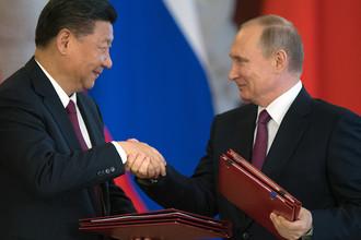 Президент РФ Владимир Путин и председатель Китайской Народной Республики Си Цзиньпин во время церемонии подписания документов по итогам встречи, 4 июля 2017