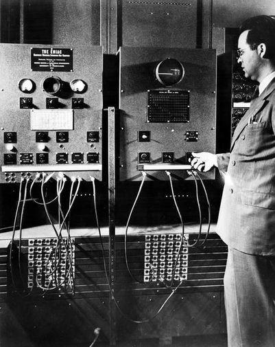 Участник команды ENIAC Гарри Хаски управляет компьютером, 1946 год
