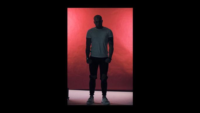 Обложка трека «Что ты мне скажешь в лицо?» рэппера Артема Бриуса
