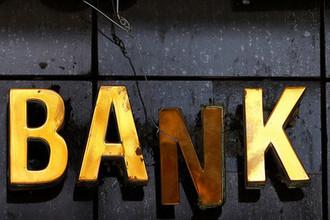 Выстрел в спину: европейские банки блокируют россиян