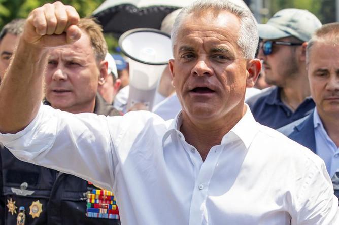 Лидер Демократической партии Молдавии Владимир Плахотнюк во время митинга сторонников партии, которые требуют проведения досрочных выборов парламента и отставки президента Игоря Додона, у здания правительства Молдавии в Кишеневе