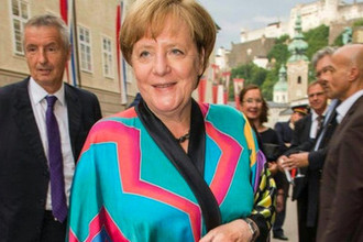 Меркель в накидке