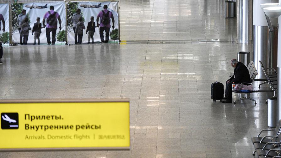 Пассажир в зоне прилета в аэропорту Шереметьево, 27 марта 2020 года
