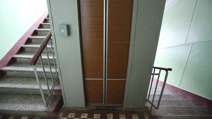 В Красноярске мужчина с битой устроил погром в кабине лифта