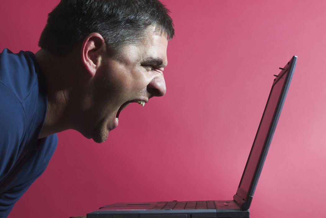 Неврозы и депрессия часто сопутствуют навязчивому преследованию в интернете.