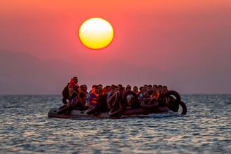 Лодка с сирийскими беженцами дрейфует в Эгейском море