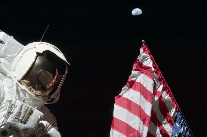 Астронавт Джек Шмитт, Земля и американский флаг, 12 декабря 1972 года