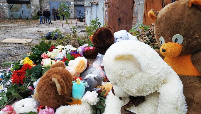 Игрушки и цветы на месте убийства девятилетней девочки в Саратове, 11 октября 2019 года