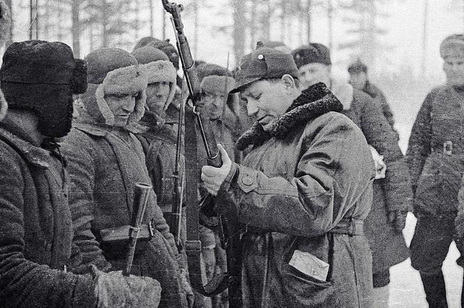 Генерал Терентий Фомич Штыков (в центре) рассматривает вооружение красноармейцев, 1939 год
