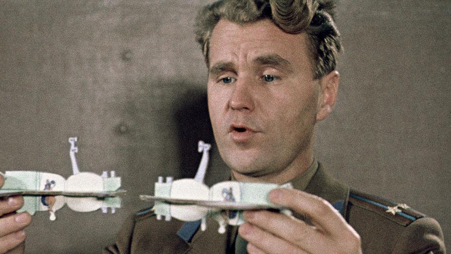Космонавт Владимир Шаталов на теоретических занятиях в кадре из фильма «Встреча на орбите», 1969 год